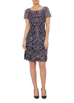 Taya strakke jurk van kant van Phase Eight. Deze elegante kokerjurk is voorzien van een ronde hals en korte mouwen. Verder is het middellange exemplaar vervaardigd uit donkerblauw en wit kant. De jurk is daarnaast voorzien van een jersey voering voor een optimaal draagcomfort.