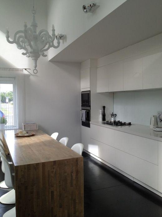 Keuken, ter indicatie om muurtje weg te laten dat de keuken uit het zicht ontneemt. Kopse kant kan gewoon blijven zoals nu ontworpen.