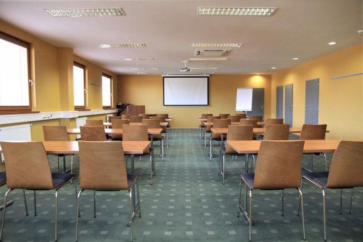 Zelený zátěžový koberec v kongresovém salonku, podlahy BOCA. / Green contract carpet in congress saloon.  http://www.bocapraha.cz/cs/reference-detail/6/park-holiday-praha-benice/