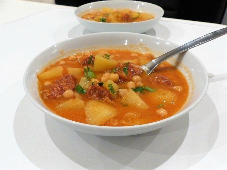 Soupe espagnole aux pois chiches, chorizo et pommes de terre (potaje de garbanzos con chorizo y patata)