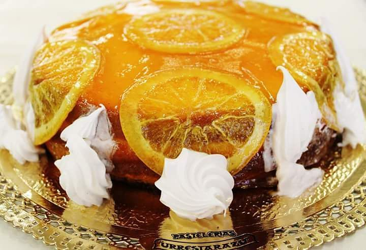 Nuestra tarta Mónaco de bizcocho dos capas de nata y naranja confitada. Exquisita. La tenéis disponible en nuestras tiendas y a través de nuestra web.