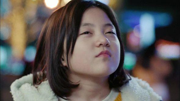 """Una enfermedad grave puede tanto separar como unir a la gente. Yoo Geum Bi (Heo Jung Eun) es una vivaz niña de 8 años que sufre de la Enfermedad de Niemann-Pick Tipo C (NPC), una rara condición genética que hace que su cuerpo no pueda metabolizar correctamente el colesterol y otros lípidos. Esta condición se suele llamar """"el Alzheimer de la infancia"""", por el rápido deterioro físico y mental que le acompaña. Cuando la única """"tía"""" que conocía la abandona y creyendo que su ma..."""