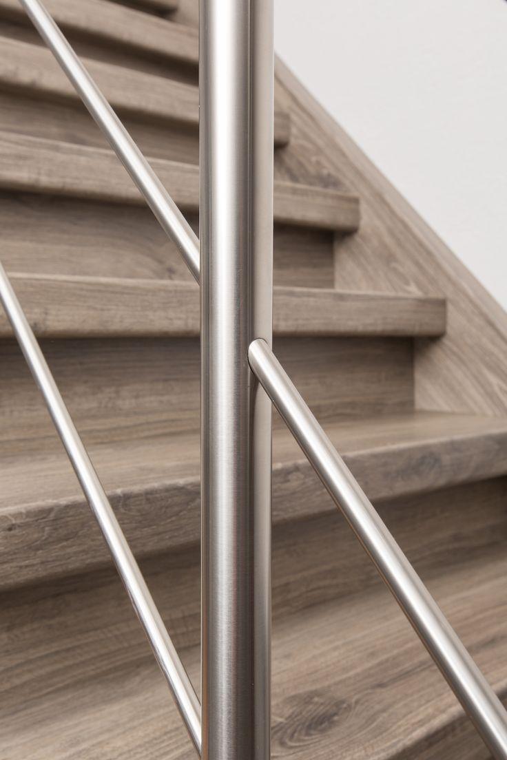 Traprenovatie bestaande uit mooie houtdecor treden, stootborden en wangen gecombineerd met een stoere RVS balustrade.