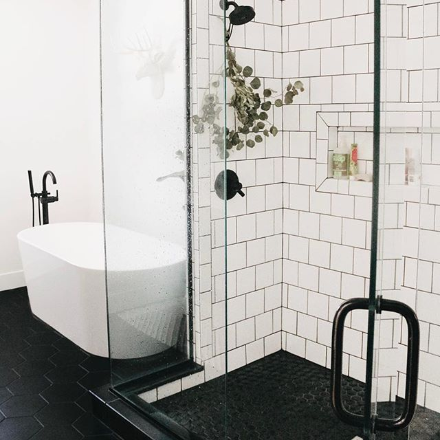Bathroom Inspiration With White Square Tile In Shower Wall And Black Mosaic Hexagon Tile On Shower Floor Hin Bagni Neri Ispirazione Bagno Bagno Con Piastrelle