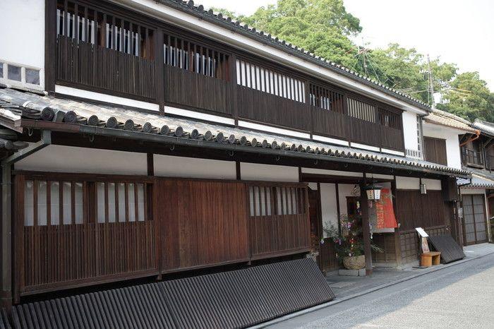 『吉井旅館』は、倉敷市の条例で定められた町並み保存地区「倉敷美観地区」にあります。情緒あふれる景観が特徴のお宿は、100年以上の歴史がある老舗旅館です。