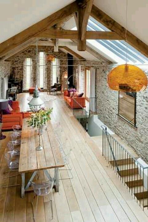 elementen van ons huis: klosstertafel, bakstenen muur, lay out opstelling bank t.o.v. tafel