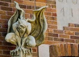 Gárgula-são monstros em forma de pássaros que eram esculpidas para esconder canos por onde escoava água do telhado dos prédios góticos. No Antigo Egito, as gárgulas escoavam a água usada para lavar os vasos sagrados, o que aparentemente precisava ser feito no telhado plano dos templos.