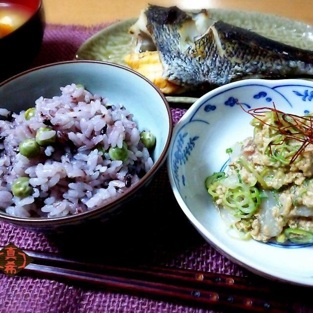 実家帰省中に、姉から最近ハマってるという黒米を貰いました。今夜はその黒米を白米に少し加えて豆ご飯を炊きました 綺麗な紫色になって風味とコクが増した気がします。食感も少しもちっとしてとても美味しかったです❤ 前にtachiさんが、黒米使いの豆ご飯スナップを投稿してたのを思い出して作ったので、食べ友よろしくお願いします 昨日夫は釣りに出掛けたらしく、その釣果のカワハギを肝あえにしていただきました - 219件のもぐもぐ - 黒米豆ご飯✱カワハギの肝あえ by Kusukus