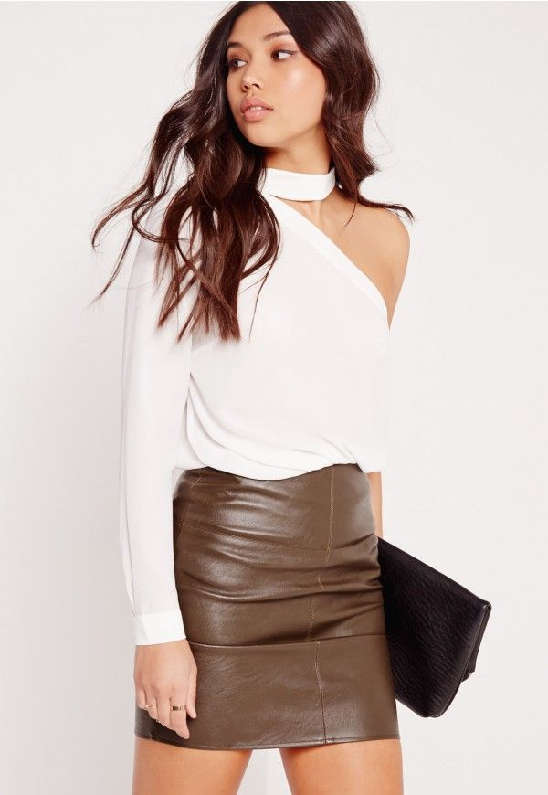 We're vibin' on all things one shouldered this season here at Missguided and this crisp white blouse is our new fave. Featuring hook and eye fastening at the neck and in lush crepe fabric, this is a must have. Style it up with a pair of ski...