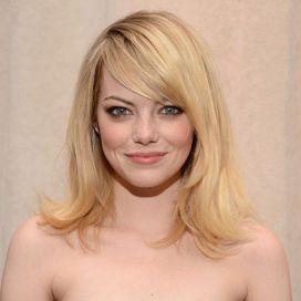 Elegante e glamour, la frangia pettinata di lato va bene per ogni forma del viso, regalandogli un