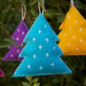http://www.craftedblog.com/2012/11/diy-felt-christmas-decorations.html