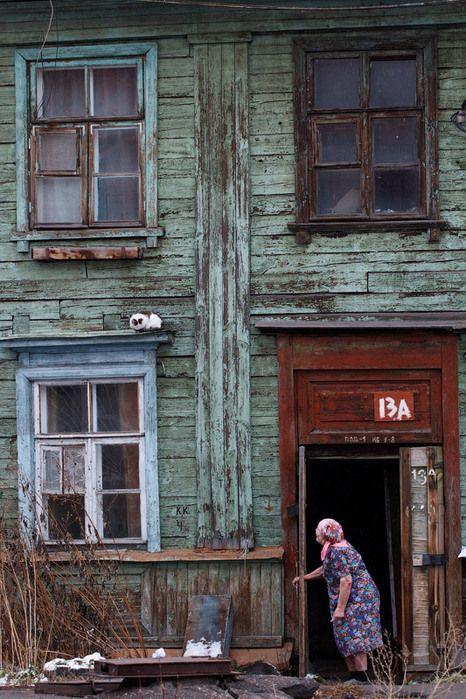 На задворках большого города   б Бабушка у подъезда своего дома в Омске