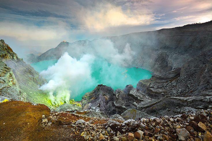 Il Kawah Ijen è un magnifico lago sulfureo dalle acque turchesi, si trova a 2148 m ed è circondato dalle ripidi pareti del cratere del vulcano Ijen. Tutta la zona rappresenta un importante centro per la raccolta dello zolfo.
