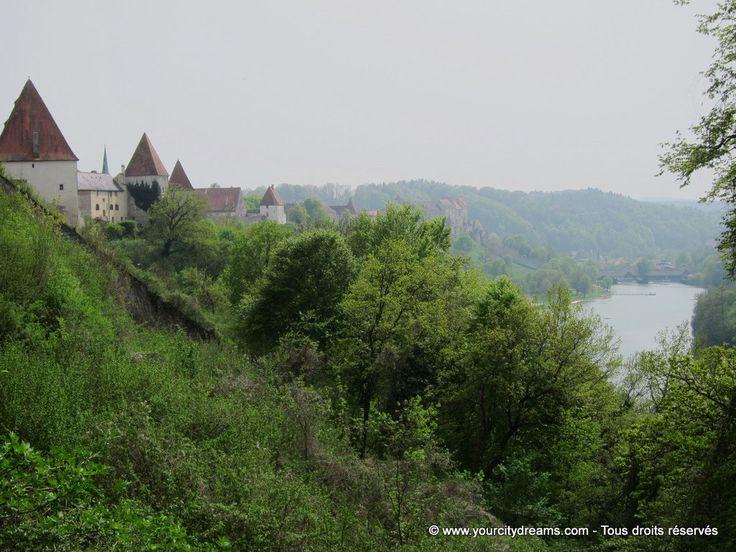 Burgenhausen, à l´ouest de la Bavière, possède la plus grande forteresse d´Allemagne. Son festival de jazz est également très réputé. castle in Bavaria - Burg in Bayern - https://www.yourcitydreams.com/voyage-en-baviere/chateaux/ - #château #Allemagne