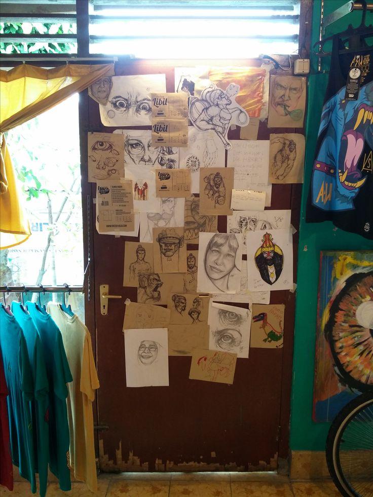 Voice of Jogja in het Kraton. Hier worden de oude verhalen van de regio op bijzondere wijze aan de jeugd voorgelegd. Door middel van shirts gemaakt van bamboe en unieke prints.