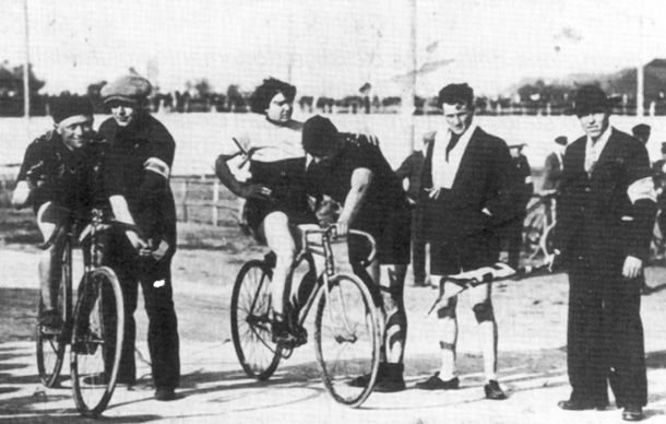 Alfonsina Strada, the first woman to complete the Giro d'Italia, in 1923 on a track with Giovanni Gerbi.