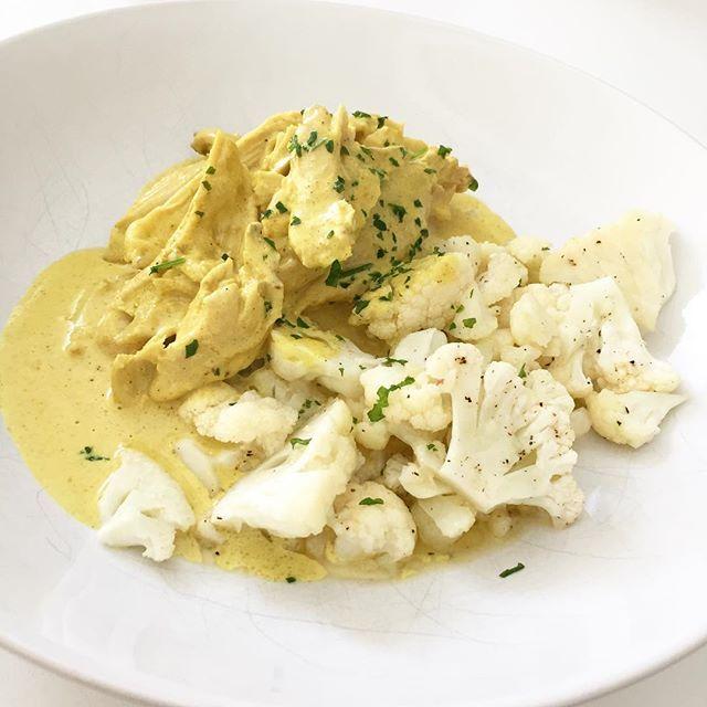 MIDDAG 🍴🍗 . Kokt kyckling i currysås med smörstekt blomkål 🌿 En riktig favorit här hemma (Alice tog 3 portioner 😜) Recept finns på bloggen 🙋🏼😘