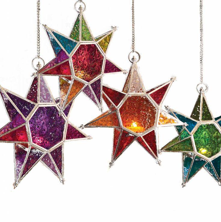 Retro Marokkaanse ster lantaarn met tweekleurig ruiten patroon en een goudkleurige afwerking, gemaakt op een fair trade basis. Afmetingen: 25 x 25 x 6cm