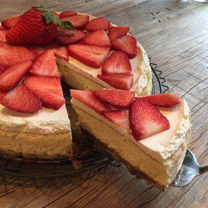 Al zolang ik me kan herinneren eet ik op mijn verjaardag monchoutaart. Tegenwoordig heet het heel hip cheesecake. Ik vind het de meest zalige –machtige – verwentaart die er bestaat. Een taart met lekkere dikke krokante koekbodem, een zachte vulling en mooie laagjes als je hem aansnijdt...