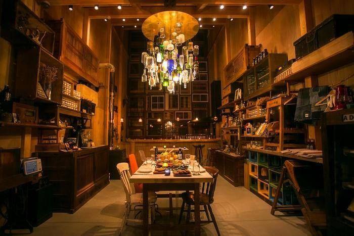 位於徳島県上勝町的「RISE&WIN Brewing Co. BBQ & General Store」,一間本地的精釀啤酒釀造所,還同時銷售上勝町的物產雜貨。添加了上勝町特産的柑橘類「柚香」,讓啤酒有著不同芳香的口感,很受好評。空間由建築師 中村拓志 規劃設計,使用當地的舊材所塑造的空間,玻璃瓶所創作的燈具,都實現了中村建築師「零浪費」的原則。 via RISE & WIN Brewing Co. BBQ & General Store