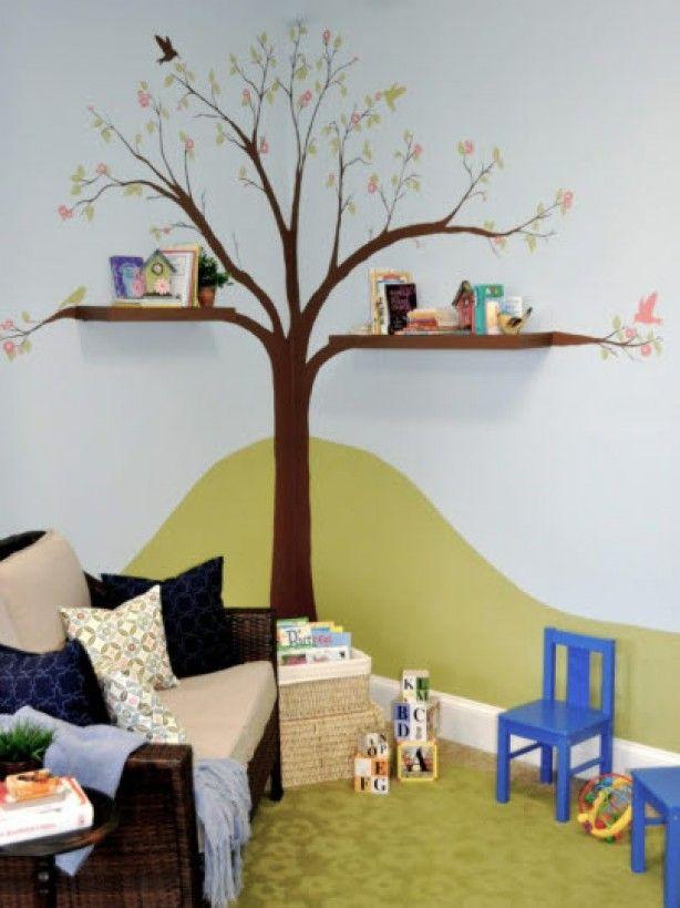 Grappig voor op de kinderkamer. Zwevende planken ter hoogte van de takken maken de boom af.