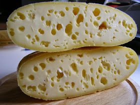 Żółty ser w miarę nieskomplikowany, mocno prasowany. Twardy i smaczny. Tak naprawdę powinien być bez dziur, ale jest to efekt mojego eksper...