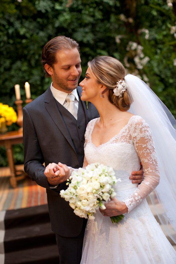 Penteado de noiva - coque clássico baixo com flores de tecido ( Beleza: Jr Mendes | Foto: Flávia Vitória )