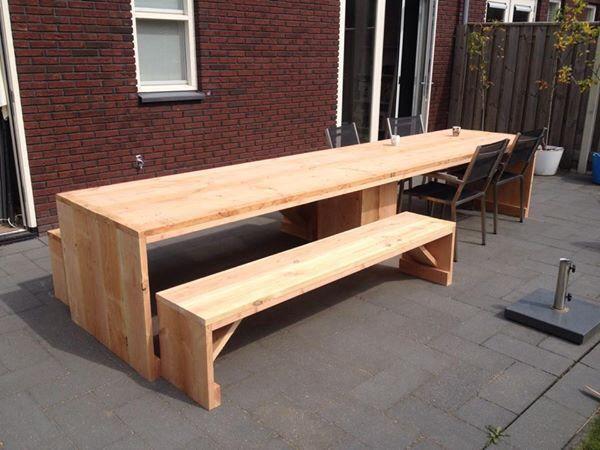 Zelfgemaakte tuintafel - 4 meter (douglas hout) Met twee bankjes van 2 meter. Self made table (4 meters) with benches (2 meters). Douglas wood.