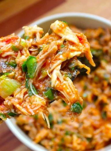 Ragú de sobrecoxa de frango é saboroso e suculento, cozido no próprio caldo do frango