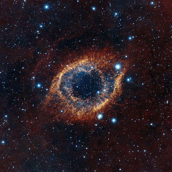 De Helixnevel laat zien hoe ons zonnestelsel er over vier miljard jaar uit gaat zien. De bejaarde zon zal dan haar buitenste gaslagen verliezen, waardoor er een planetaire nevel ontstaat. In het centrum van de Helixnevel is een klein wit stipje zichtbaar: een witte dwerg. Ongelofelijk dat dit kleine stipje zo'n mooie nevel heeft gecreëerd. Deze foto van de Helixnevel is gemaakt door de VISTA-telescoop.