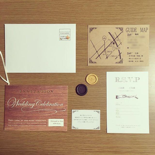 招待状完成やっと(笑) ピアリーのウッドグレイン 手作りキットから手作りしました! いろいろ自分のしたいように アレンジできて満足☺️ 後は封筒に入れて発送のみ だけどシーリングワックスが 両面テープだと上手く付かなくて とりあえず明日に持ち越しだ  #プレ花嫁  #結婚式準備  #招待状  #シーリングスタンプ #0514  #クレール
