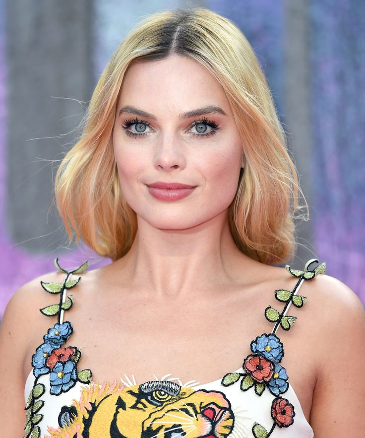 Actress Margot Robbie is in talks to star as Queen Elizabeth I in a new movie on Mary Queen of Scots.