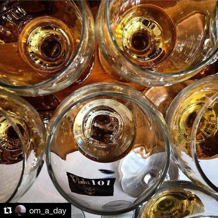 Ankara Çoksesli Korosu ve Orfeon Oda Korosu'nda yıllarca birlikte şarkı söylediğimiz çok sevgili dostum Oğuz Mertdoğan Ankara'da gerçekleştirdiğim #Viski101 atölyesinde bu harika kareyi çekmişti. @om_a_day hesabında önce hashtag'leri sonra da harika karelerini paylaşan Oğuz'u mutlaka takip edin #viski #viskiatolyesi #viskikursu