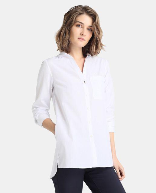 Blusa en color blanco con jacquard de topos. Tiene manga larga, cuello camisero y bolsillo en el pecho.