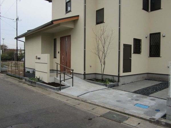ジューンベリーを眺めながら人に優しいアプローチ 神奈川県愛甲郡愛川町S様邸1