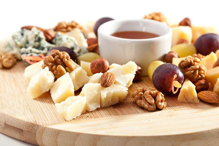 Miele con formaggi, uva e noci