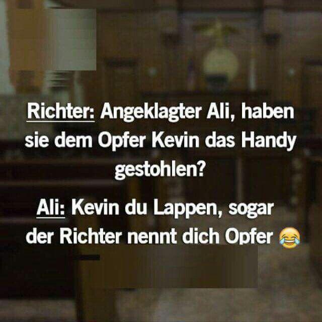 Richter: Angeklagter Ali, haben sie dem Opfer Kevin das Handy gestohlen? Ali: Kevin du Lappen, sogar der Richter nennt dich Opfer.  #spruch #sprüche #lustig #lustigesprüche #cool #witzig