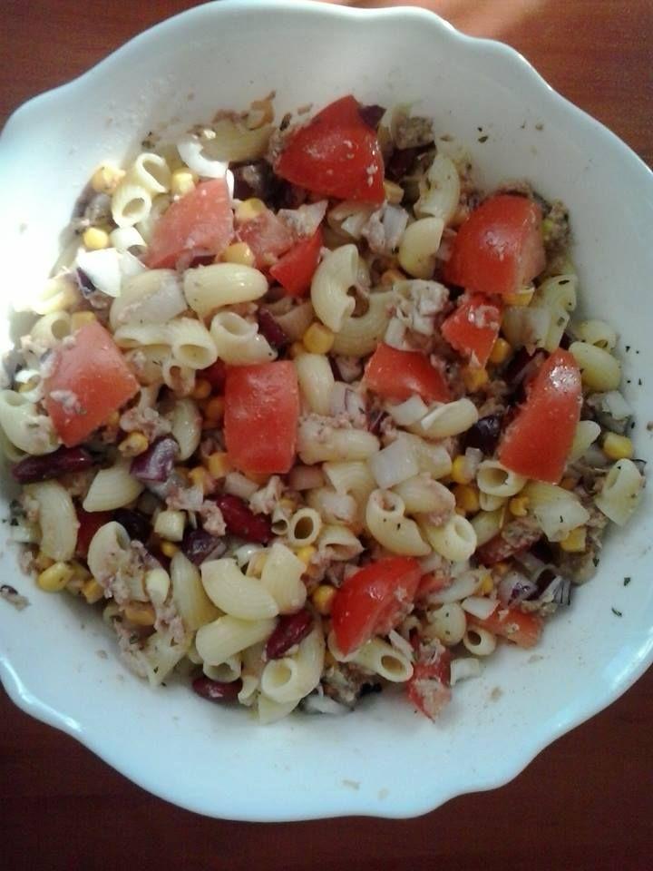 Tonhalsaláta - gyorsan finomat Gyorsan elkészíthető egy könnyű saláta tonhalkonzerv és néhány zöldség, fűszer és száraztészta segítségével. Készítse el ön is gluténmentes tonhalsaláta receptünket!