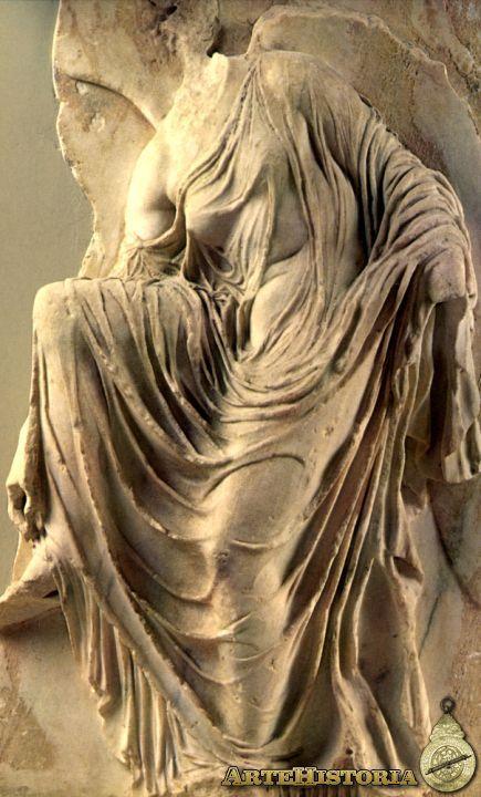 victoria ajustándose la sandalia. Templo de Atenea Nike en la acrópolis de Atenas. 410-407 a.C., Atenas, Museo de Acrópolis. NIKE