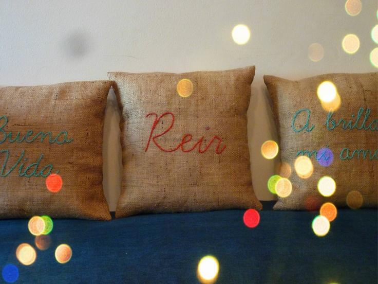 almohadones de arpillera bordados