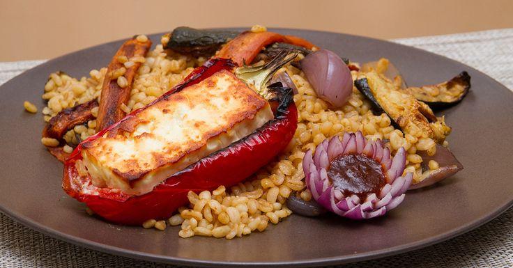 Feta sajttal töltött paprika sült zöldséges bulgurral - Vörös curry paszta, markáns csípősségét az alapanyagai között megtalálható piros chilitől kapja. Ebben a receptben kétszer is használjuk, egyszer a mézhez keverve, hogy édesen csípős mázt kapjanak a pirított zöldségek, másodszor, balzsamos csípős öntetként a köretre és a paprikában sült fetára locsolva. Szerintünk ízleni fog.