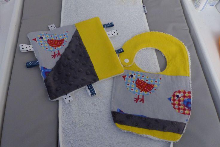 Pack naissance bavoir+doudou plat étiquettes motif oiseau jaune/gris : Jeux, peluches, doudous par choujunior