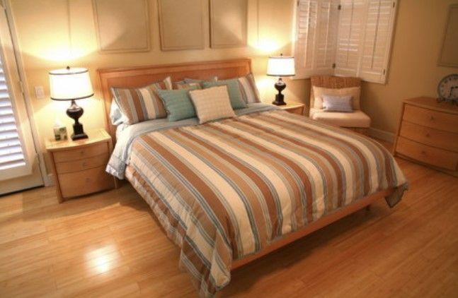 gambar lantai kayu rumah minimalis di kamar tidur 2 - kamar mungil sederhana yang nyaman