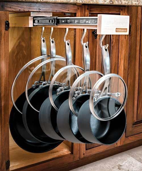モノが多くグチャグチャになりがちな台所の収納。広いシステムキッチンでも、置き型タイプのミニキッチンでも、使い勝手よく収納するのは結構大変。特に困るのが、厚みがあってかさばるフライパンやお鍋。使う頻度も高いので、 出し入れしやすく片付けしやすい収納で、美しく整理整頓しておきたいもの。実は使いやすいフライパン収納にはコツがあったんです!台所をスッキリさせる、3つの収納方法をご紹介します♪   ページ1