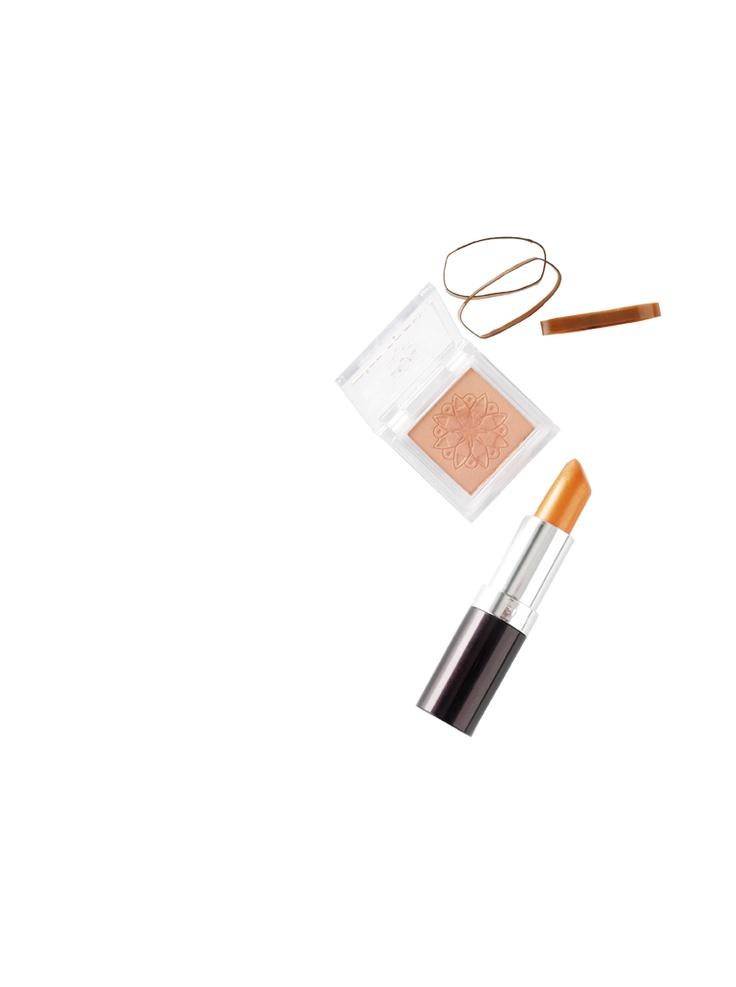 Zowel de oogschaduw als de lippenstift mag lekker glanzen deze lente. En een lichtoranje lipstick en een perzikoranje oogschaduw maken jouw look helemaal trendy.
