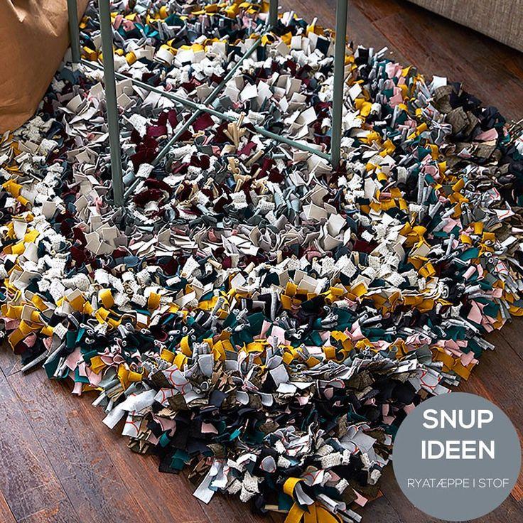 Kreativt tæppe lavet af jersey-stof-rester. Bind jersey- eller andre stof-strimler på antiskrid underlag og lav det her skønne tæppe. Opskriften er gratis, og du finder det på stof2000.dk