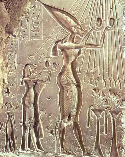 Akhenaton e la sua famiglia in adorazione di Aton - XVI sec. a.c. Rilievo inciso su pietra calcarea. Dal palazzo reale di Tell el Amarna. Il Cairo, Museo Egizio.