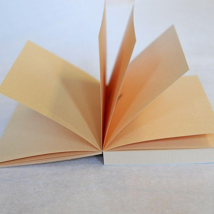 Imprimé or mat, ce bloc-notes horizontal a été fabriqué de manière artisanale, spécialement pour la collection 2016-2017 de la Comédie-Française. La ruche, emblème de la Troupe, illustre cette collection où les abeilles se promènent au fil des pages.