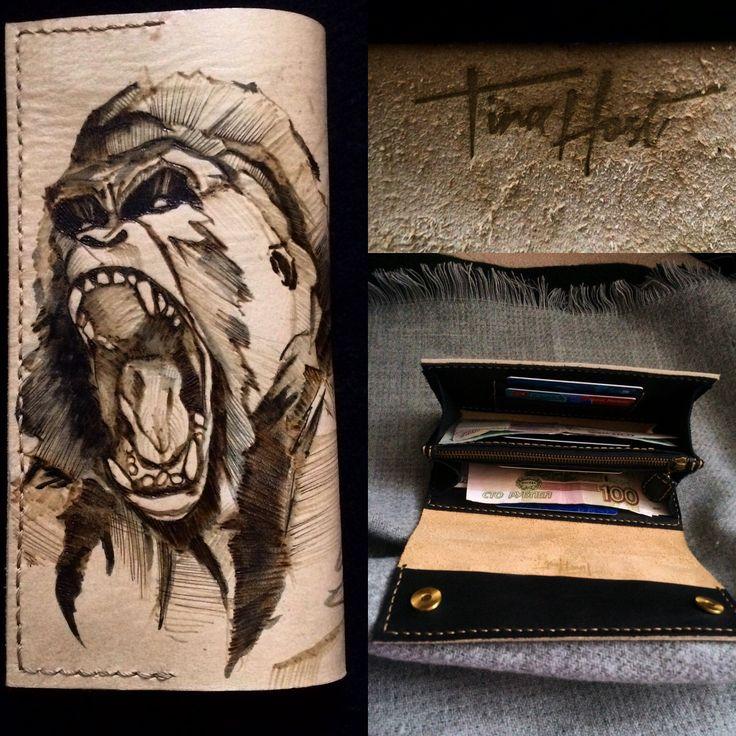 Моё очередное экспериментальное мужское портмоне с рисунком выполненным в технике выжигания продаётся ❗️с 25% скидкой ‼️‼️‼️(т.к. Первое ) по вопросам в Директ ☝️ брелок в подарок как всегда  Портмоне в деле  #leathercraft #monkeys #purse #tina_host #burning #leatherpurse #handmade #leatherhandmade #art #forsale #выжигание #кожаноепортмоне #кожаныеаксессуары #длямужчин #подарокмужу #искусство #рисунок #обезьяна #горилла #ручнаяработа #изделияизкожи #портмоне #хендмейд #арт #ручнойшов