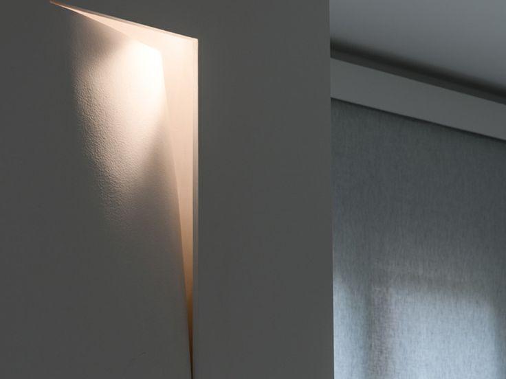 """Il progetto è un restauro di una casa anni ottanta di Modena in cui due unità abitative sono state accorpate in un'unica grande casa su due piani. L'intero progetto è da considerarsi come """"chiavi in mano"""" sull'abitativo realizzato dal dipartimento Interior di CREO design&consulting. La richiesta della committenza, è stata fin da subito un progetto dal gusto moderno e minimalista, e la risposta progettuale e realizzativa è un'abitazione dove domina il bianco."""